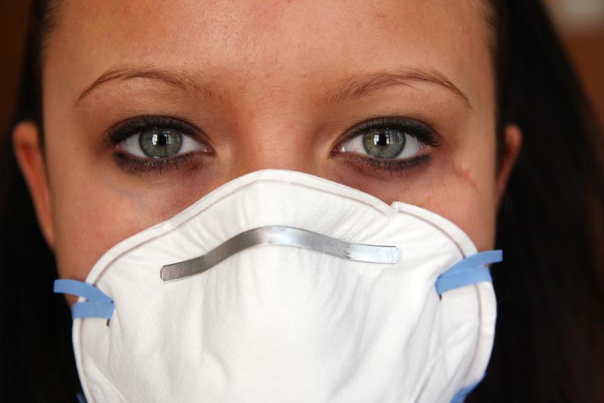 Frau mit Mundschutz. Angst vor  Corona Virus.